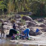 Kobiety piorące w rzece w Oazie Fint Południowe Maroko