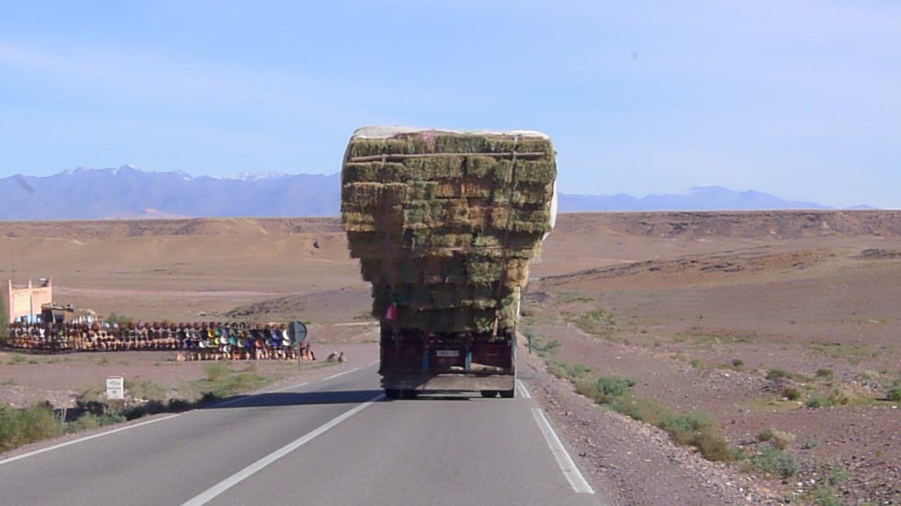 Cieżarówka na tle Atlasu Południowe Maroko