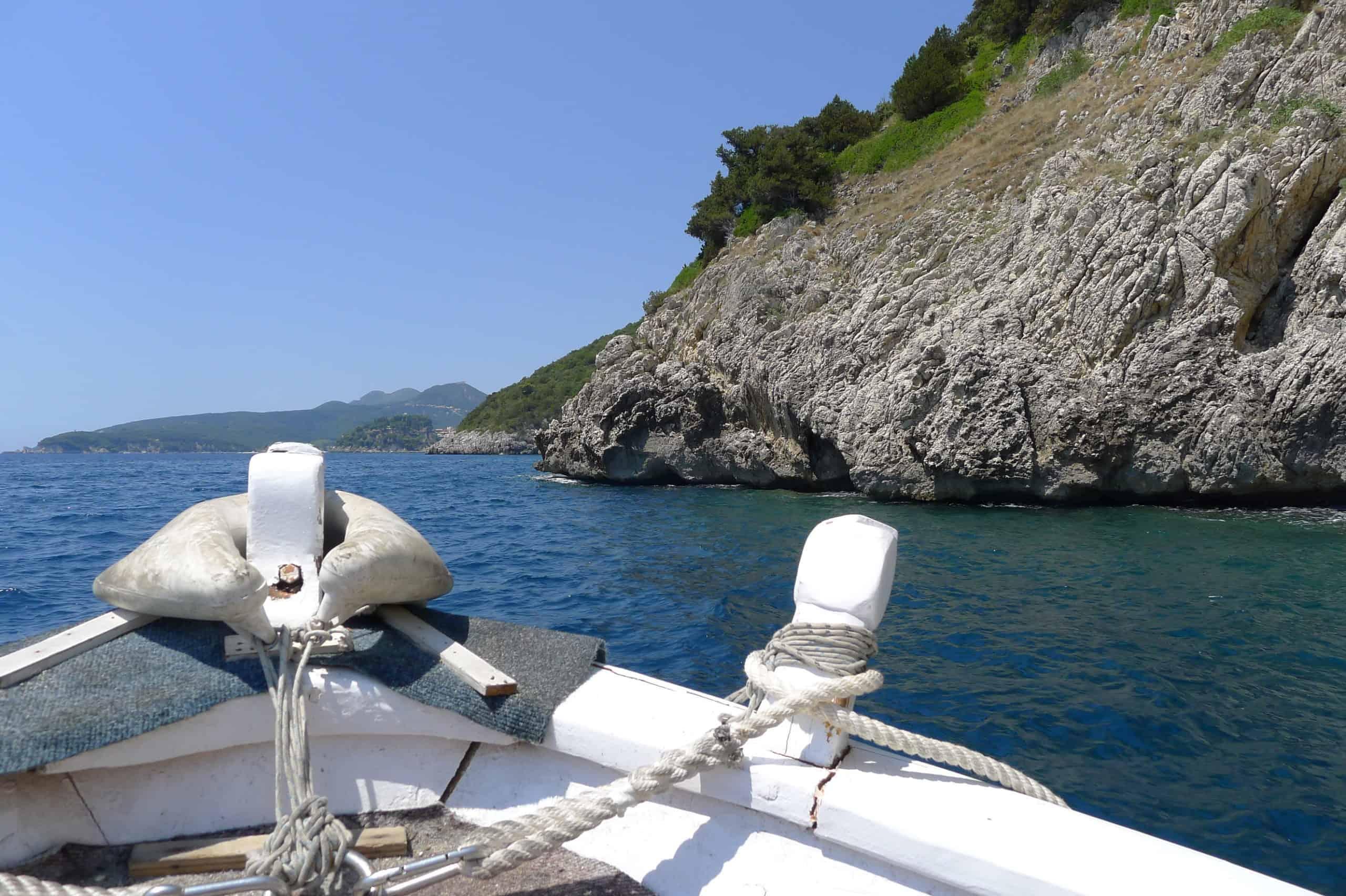 Epir. Widoki z łódki na wybrzeże