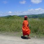 Kobieta z plemienia Khosa w pięknym pomarańczoym stroju spotkanana na Dzikim Wybrzeżu.