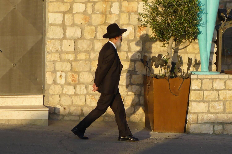 Czarny kapelusz - tradycyjne okrycie głowy. Mężczyna w Safed Pólnocny Izrael