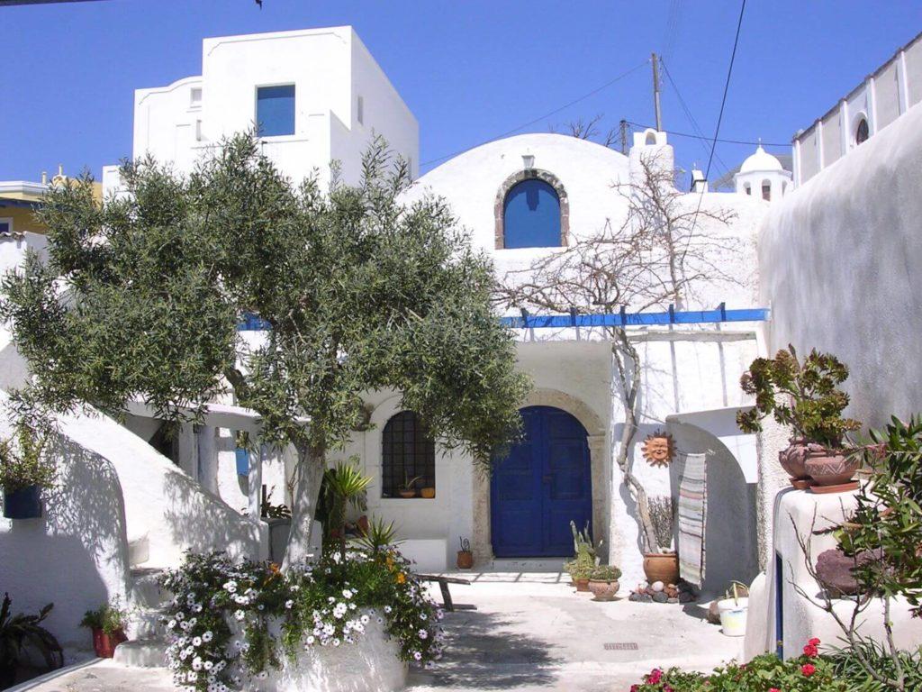 Zadbane podwórka w Pirgos, Santorini, Cyklady