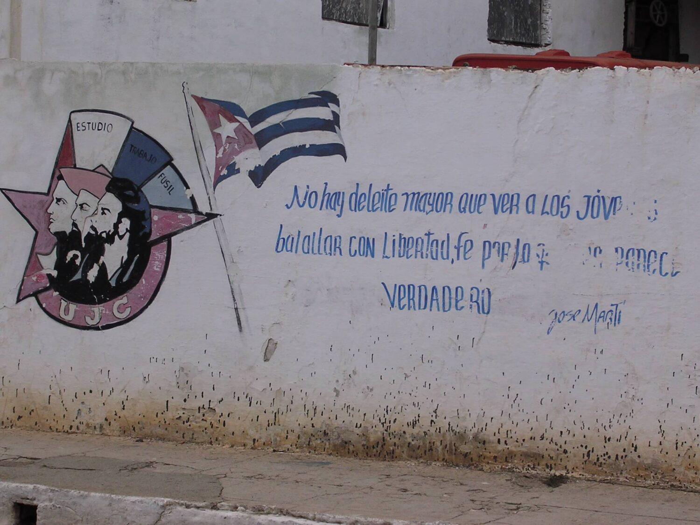 Mural z hasłami rewolucyjnymi